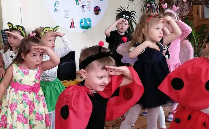 """Artėjančios Motinos dienos proga """"Boružėlių"""" grupės ugdytiniai sukvietė savo mamytes į šventinę popietę """"Kaip mes sveikinom mamytes""""."""