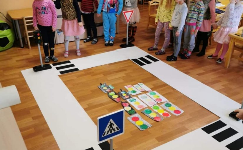 Priešmokyklinukai prisiminė saugaus elgesio taisykles esant prie pėsčiųjų perėjos